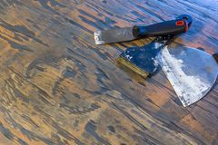 Pinte raspadores e facas puddy na madeira foto de stock royalty free