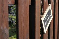 Pinte recientemente la cerca de madera del jardín Fotografía de archivo libre de regalías