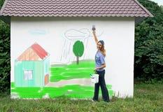 Pinte uma vida na casa. imagem de stock