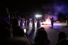 PINTO, ΜΑΔΡΊΤΗ, ΙΣΠΑΝΙΑ - 23 ΙΟΥΝΊΟΥ 2019: Οι άνθρωποι γιορτάζουν την παραμονή του ST John γύρω από μια φωτιά με τις μάγισσες της στοκ εικόνα
