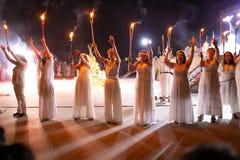 PINTO, MADRID, SPANJE - JUNI 23, 2019: De mensen vieren St John Vooravond rond een vuur met Iris Witches in een dorp in Spanje ST royalty-vrije stock afbeelding