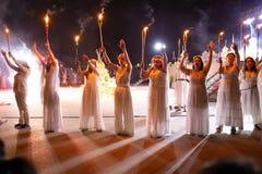 PINTO, MADRID, SPANJE - JUNI 23, 2019: De mensen vieren St John Vooravond rond een vuur met Iris Witches in een dorp in Spanje ST stock foto