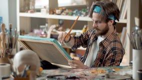Pintor Applies White Color en imagen metrajes