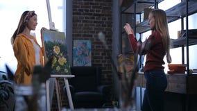 Pintor bonito de la mujer que presenta con las ilustraciones acabadas metrajes