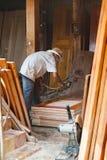 Pintor camboyano de los muebles en el trabajo Fotos de archivo libres de regalías