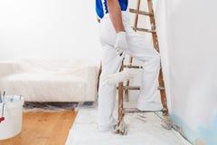 Pintor con el rodillo y la escalera de pintura Fotos de archivo