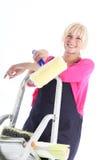 Pintor de casa fêmea que levanta em escadas Fotografia de Stock