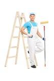 Pintor de casa que guarda um rolo de pintura Fotografia de Stock Royalty Free
