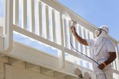 Pintor de casa Spray Painting uma plataforma de uma casa Imagens de Stock Royalty Free
