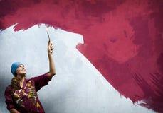 Pintor de la mujer imagen de archivo libre de regalías