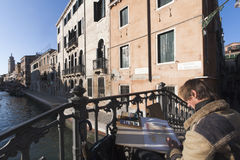 Pintor de las acuarelas en Venecia. Foto de archivo