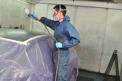 Pintor del coche en el trabajo. fotos de archivo