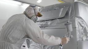 Pintor del reparador del automóvil en workwear protector almacen de metraje de vídeo