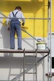 Pintor em um andaime Imagem de Stock Royalty Free
