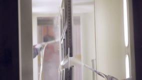 Pintor em uma fábrica Pintura industrial com arma de pulverizador vídeos de arquivo