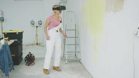 Pintor fêmea entusiasmado em óculos de proteção da realidade virtual video estoque
