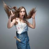 Pintor fêmea surpreendido louco Fotos de Stock Royalty Free