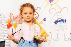 Pintor lindo con la imagen del dibujo del cepillo y de la plataforma Imagen de archivo
