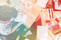 Pintor louro bonito em seu estúdio, tonificação clara da mulher imagem de stock