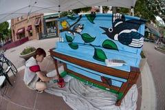 Pintor mural en el trabajo Fotos de archivo