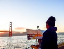 Pintor Painting el Golden Gate en San Francisco imágenes de archivo libres de regalías