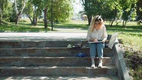 Pintor profesional en el trabajo en un parque de la ciudad metrajes