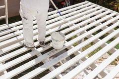 Pintor profesional Rolling White Paint sobre el top de la cubierta Fotografía de archivo