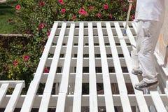 Pintor profesional Rolling White Paint sobre el top de un hogar Fotografía de archivo libre de regalías