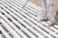 Pintor profesional Rolling White Paint sobre el top de un hogar Imagen de archivo