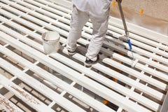 Pintor profesional Rolling White Paint sobre el top de un hogar Imagenes de archivo