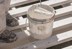 Pintor profesional Rolling White Paint sobre el top de un hogar Foto de archivo