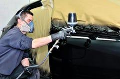 Pintor profissional do carro que trabalha em um veículo Fotografia de Stock