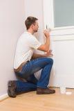 Pintor que pinta la puerta blanca Fotos de archivo