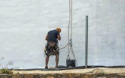 Pintor que pinta uma parede branca em Múrcia foto de stock