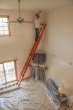 Pintor que pinta un hogar Foto de archivo libre de regalías