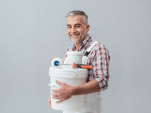 Pintor que presenta con las herramientas del trabajo foto de archivo libre de regalías