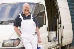 Pintor que se coloca con la furgoneta Imágenes de archivo libres de regalías