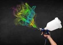 Pintor que trabaja con el aerógrafo y la pintura colorida de las pinturas Foto de archivo