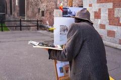 Pintor que trabaja en la calle Imagenes de archivo