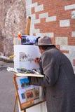 Pintor que trabaja en la calle Imágenes de archivo libres de regalías