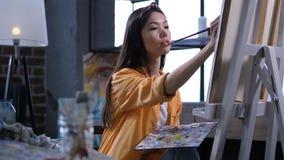 Pintor talentoso que hace una pintura en el estudio del arte almacen de video