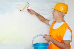 Pintores de casa com rolo de pintura Imagens de Stock