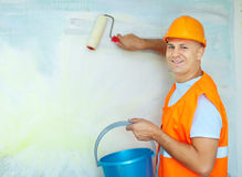 Pintores de casa con el rodillo de pintura Imágenes de archivo libres de regalías