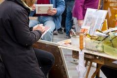 Pintores en la acción imagenes de archivo