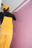 Pintores que pintan al trabajador de construcción rosado de los detalles imagen de archivo libre de regalías