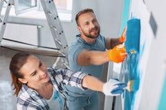 Pintores satisfeitos que fazem renovações no apartamento fotos de stock royalty free