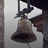 Pintou o sino unido ao telhado da construção Imagem de Stock