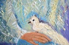 A pintura acrílica abstrata com branco mergulhou em uma mão Pombo que senta-se em uma palma Fotos de Stock