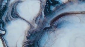 Pintura acrílica azul mezclada con la leche, tinta colorida abstracta almacen de metraje de vídeo