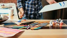 Pintura acr?lica de proceso creativa de la paleta del espacio del arte fotografía de archivo